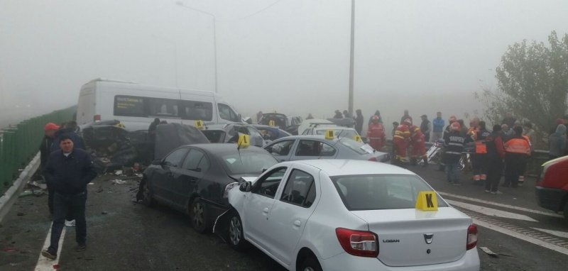 Több mint húsz autó ütközött össze a ködben egy romániai autópályán, négy ember meghalt