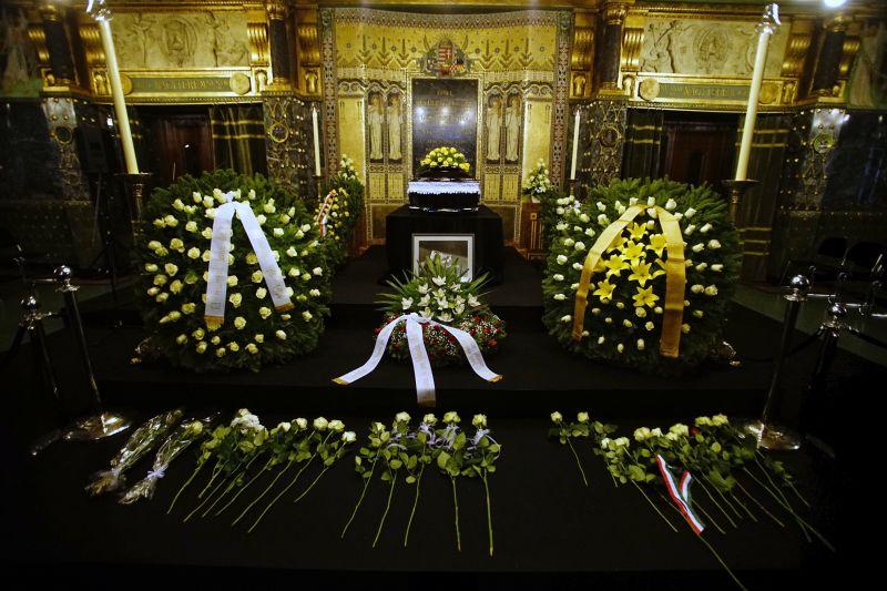 Egy szál virággal búcsúznak tisztelői Kocsis Zoltán zongoraművésztől