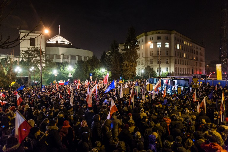 A sajtószabadságért tüntettek Varsóban a parlament előtt
