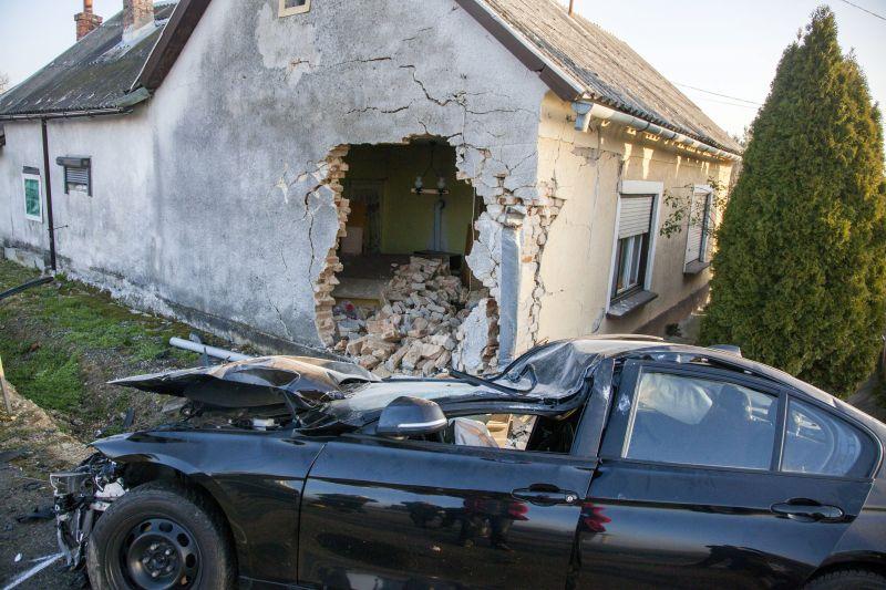 Lerombolta a házfalat a becsapódó autó Zalabaksán – képek