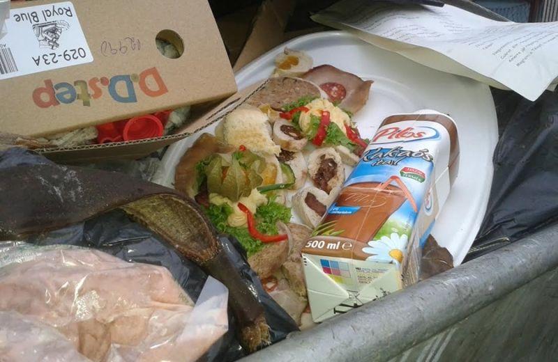 Éhes közmunkások nézték Szombathelyen a kukába kidobott hidegtálat
