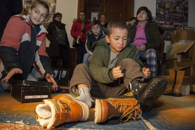 Így örültek a rászoruló gyerekek az új cipőnek
