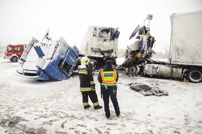Frontálisan ütközött két kamion Hajdúszoboszlónál – fotók