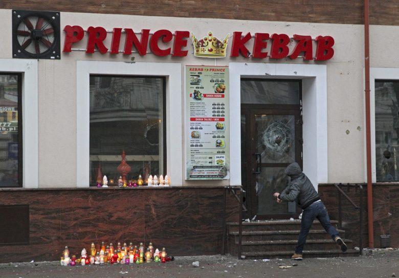 Megkéseltek egy férfit egy lengyel kebab bárban, zavargások törtek ki