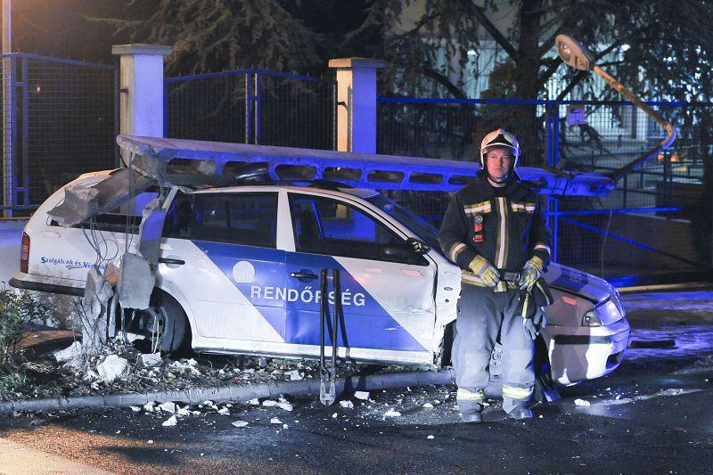 Villanyoszlop dőlt a rendőrautóra egy hármas karambolban Budapesten