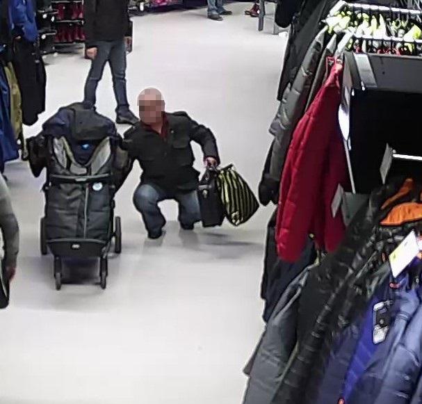 Elkapták a tolvajt, aki egy babakocsiból lopott