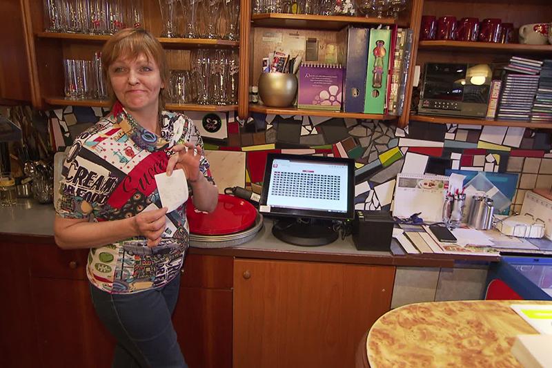 Kifizetteti a telefontöltést egy bécsi kávéház, óriási a felháborodás