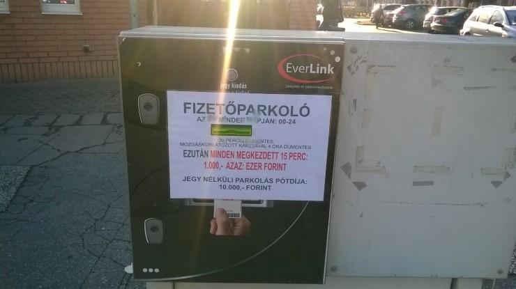 15 perc parkolás 1000 forintba kerül a szolnoki kórház parkolójában
