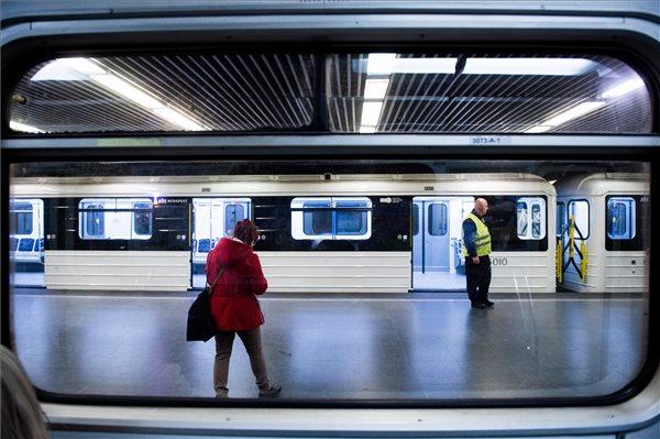 Elindult az első felújított orosz metrókocsi Budapesten