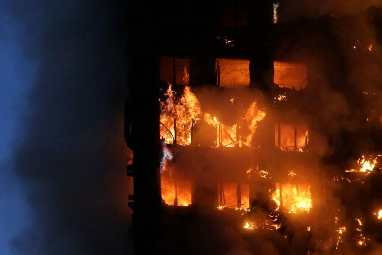 Brutális fotók a lángoló londoni toronyházról