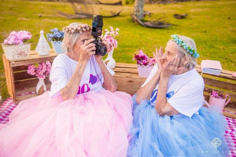 Hercegnőnek öltöztek születésnapjukra a 100 éves ikrek
