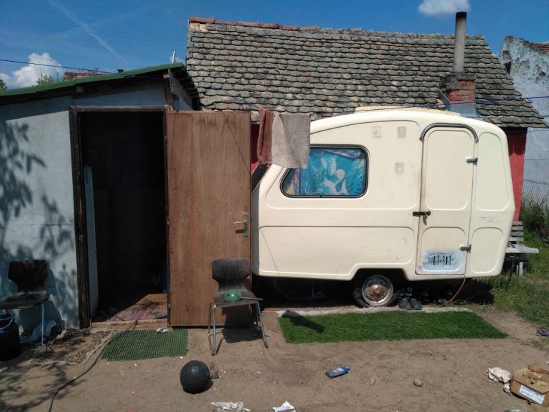 Műfűszőnyeggel dobta fel a lopott lakókocsit a kecskeméti tolvaj
