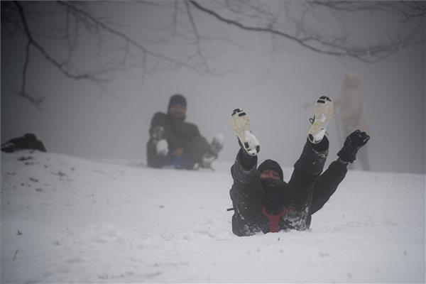 Viharos szél, fagypont, havazás: visszakacsint a tél a tavaszba