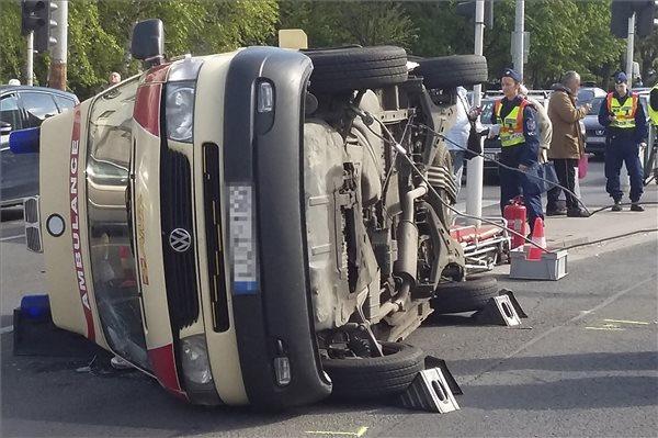 Balesetezett és felborult egy mentőautó Budapesten