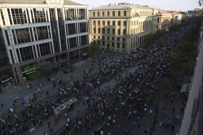 Ezrek tüntetnek a Közép-európai Egyetem mellett Budapesten