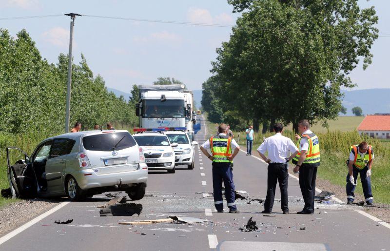 Szöges lécek miatti karambolban halt meg egy autó sofőrje a 37-es úton – videó