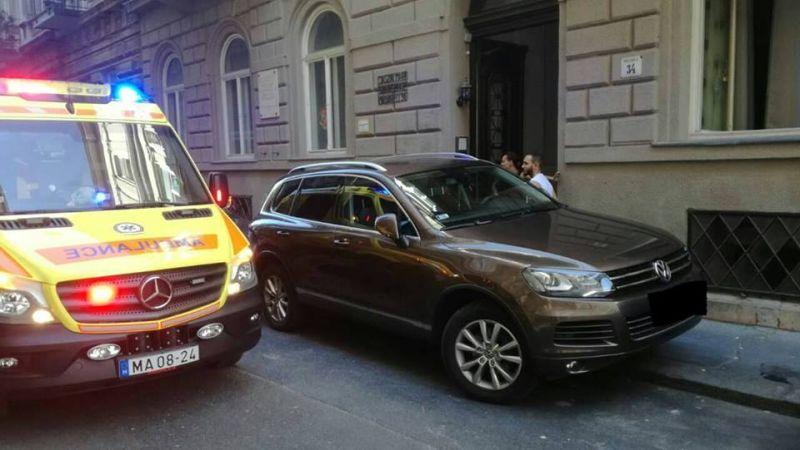 Tilosban parkoló miatt nem tudtak kórházba szállítani egy újraélesztett nőt Budapesten