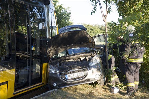 Autónak ütközött egy villamos Ferencvárosban – két súlyos sérült