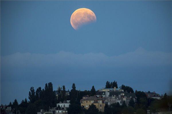 Budapest fölött elfogyott kicsit a Hold – fotó