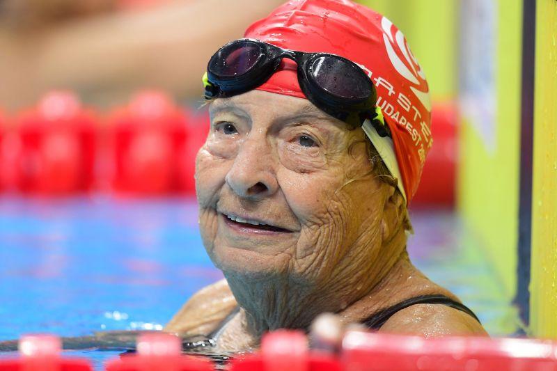 Új világcsúcsot úszott egy 96 éves néni a Masters vébén