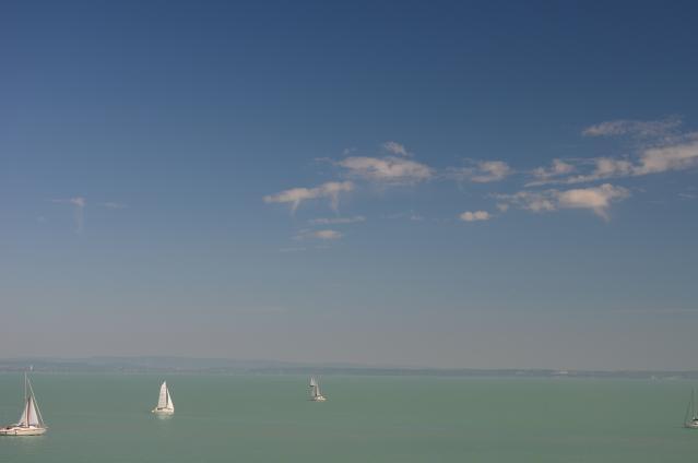 Havazik a Balaton felett