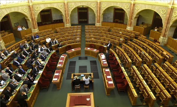 A Fidesz bojkottja miatt határozatképtelen volt a rendkívüli ülés