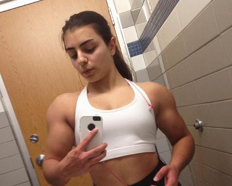 Ez 17 éves lány a bicepszeivel ejti ámulatba a világot