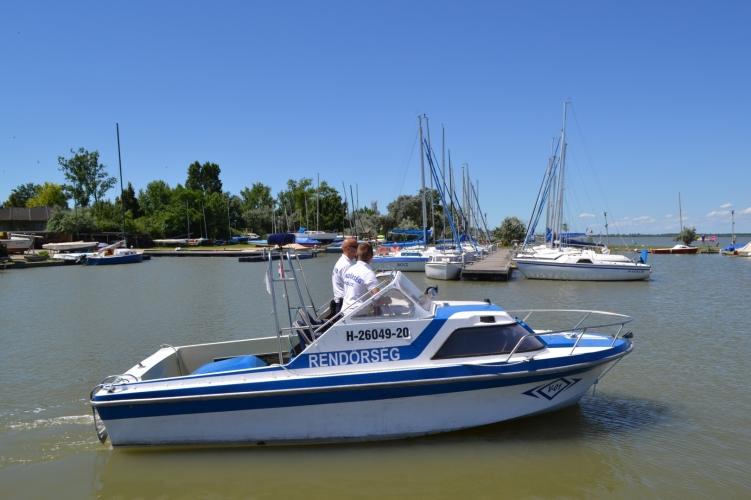 Vízibiciklist kellett kimenteni a Velencei-tóból