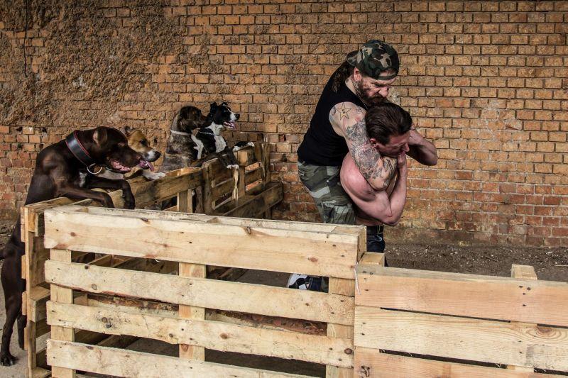 Kutyák miatt verekedett össze Ganxta Zolee egy félmeztelen fickóval – fotók