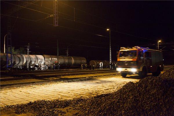 Még tart a mentesítés a Vépen kisiklott gázolaj-tartálykocsiknál