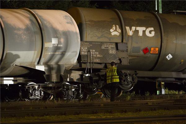 Gázolajat szállító tartálykocsik borultak fel a vépi vasútállomáson