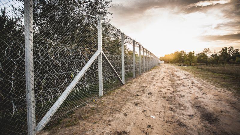 121-en jutottak át a határkerítésen a hétvégén