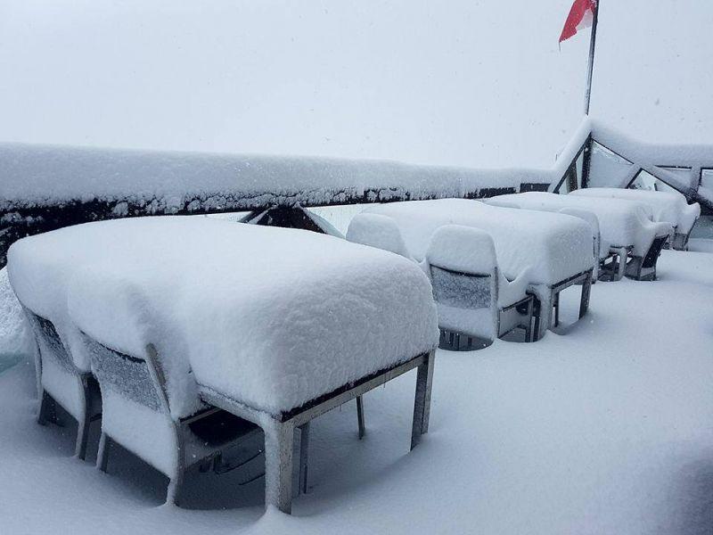 A szomszédba megérkezett a tél – havazás zárt el a külvilágtól egy szállodát