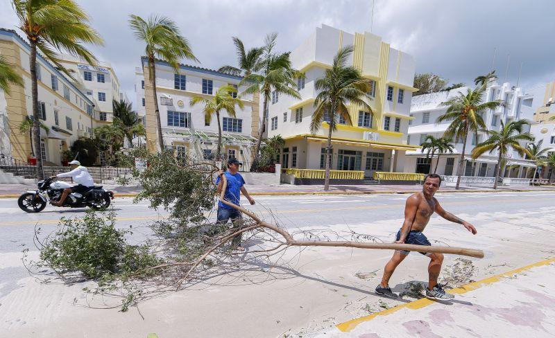 Most az özönvíz és az áradások pusztítanak Floridában