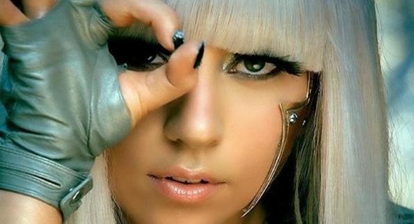 Lady Gaga megmutatta fedetlen melleit – 18+ képek