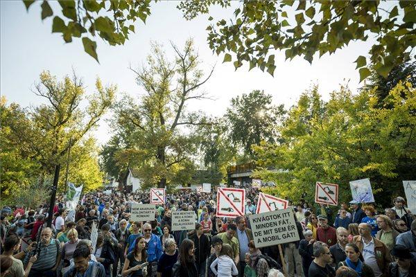 Civilek tüntettek a Római part megvédéséért Budapesten