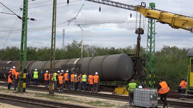 Látta már, hogy raknak vissza a sínre egy kisiklott vonatot? Mutatjuk!