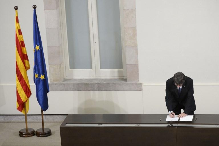Aláírta a katalán elnök a függetlenségi nyilatkozatot – de átmenetileg felfüggesztette azt