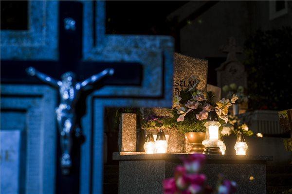 Hosszabb ideig lesznek nyitva a budapesti temetők, különjáratokat indít a BKK