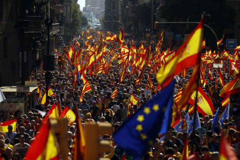 Óriási tömeg tüntet Barcelonában Spanyolország egységéért