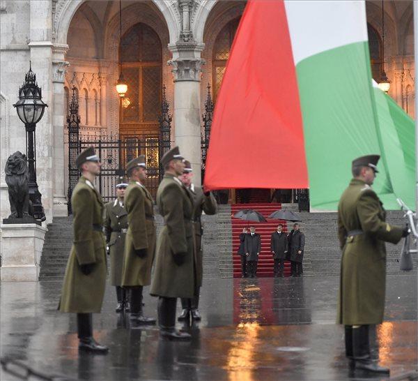 Október 23.: felvonták a nemzeti lobogót az Országház előtt