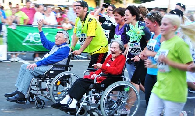 Végigfutott a maratoni távon tolószékes édesanyjával