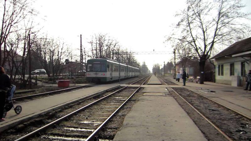 Tűzoltók szabadították ki az életveszélyesen megsérült nőt a HÉV-szerelvény alól Kistarcsán