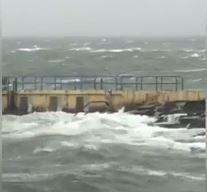 Őrült módon tombolt Ophelia: a háborgó tengerben úszkált egy férfi – videók
