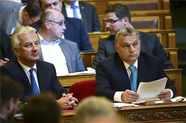"""'Mennyi pénzt kapott ezért?"""" – Orbán élete legkorruptabb ügyével találkozott a parlamentben"""