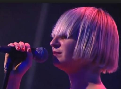 Megmutatta a mellét Sia, a népszerű énekesnő