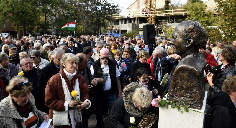 Felavatták Göncz Árpád mellszobrát Budapesten