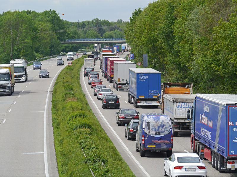 Halálos baleset az M1-es autópályán Tatánál – nagy a torlódás