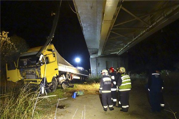 Lesodródott egy kamion az algyői Tisza-hídról – fotók