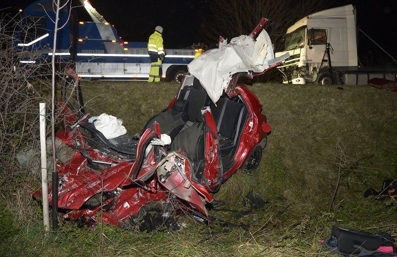 Két halott: ennyi maradt a szarvassal és a nyergesvontatóval ütközött Suzukiból